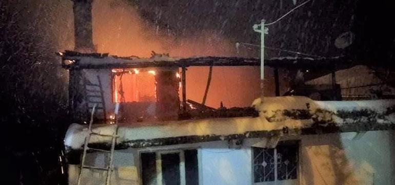 İtfaiye kara saplanınca iki katlı ev yandı