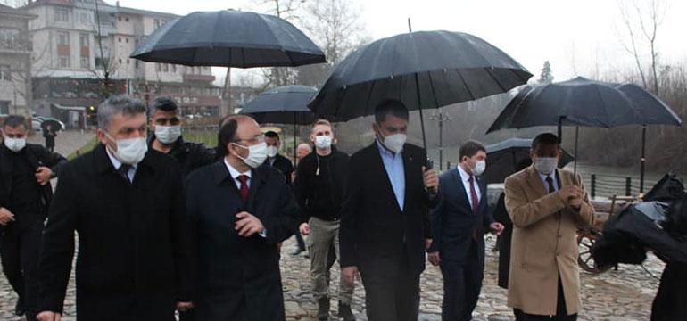 Yalı da yağmur bastırdı, Bakan şemsiyesini kendi taşıdı, Vali'nin imdadına…